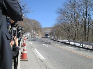 実況検分画像(1)14時5分頃、事故現場付近を通過する実験車両。