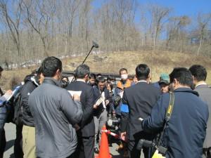 実況検分画像(2)取材陣を前に要点を説明する捜査本部の関係者。