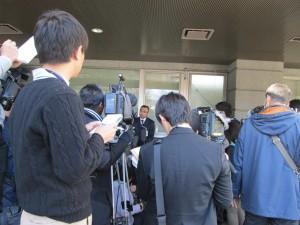 実況検分画像(3)取材記者団からの申し入れにより急きょ記者会見が行なわれた。