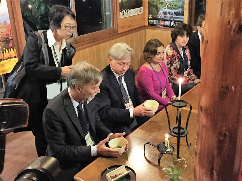 元祖力餅とお茶を楽しまれた(手前:デルリオ大臣)